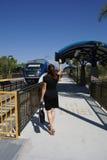 Funzionamento della donna per catturare treno Immagini Stock Libere da Diritti