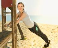 Funzionamento della donna sulla spiaggia dal mare al giorno immagine stock