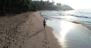Funzionamento della donna sulla spiaggia tropicale stock footage