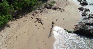 Funzionamento della donna sulla spiaggia tropicale archivi video