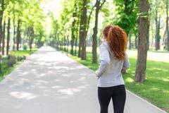 Funzionamento della giovane donna nel parco verde, spazio della copia Immagine Stock Libera da Diritti