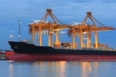 Funzionamento della nave da carico e gru Immagini Stock