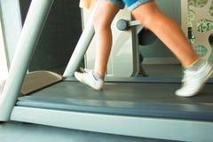 Funzionamento della ragazza di forma fisica sulla pedana mobile Donna in ginnastica Fotografia Stock