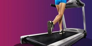 Funzionamento della ragazza di forma fisica sulla pedana mobile donna sportiva con le gambe muscolari immagini stock