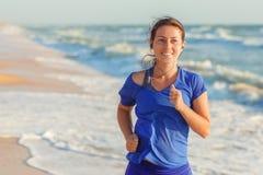 Funzionamento della ragazza di forma fisica sulla spiaggia Immagini Stock Libere da Diritti