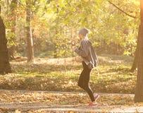 Funzionamento della ragazza nel parco di autunno Concetto sano Immagini Stock