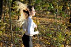 Funzionamento della ragazza nella foresta fotografie stock