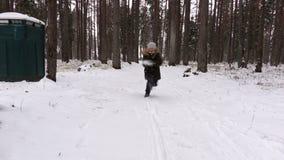 Funzionamento della ragazza nella foresta di inverno