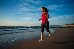 Funzionamento della ragazza sulla spiaggia Fotografia Stock Libera da Diritti