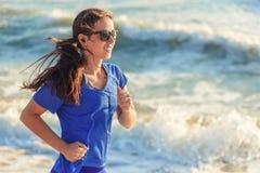 Funzionamento della ragazza sulla spiaggia dell'oceano Immagini Stock Libere da Diritti