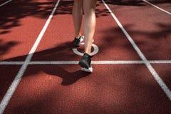 Funzionamento della sportiva su una pista Fotografia Stock