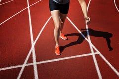 Funzionamento della sportiva su una pista Fotografie Stock