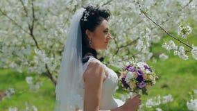 Funzionamento della sposa nel giardino con il fiore archivi video