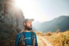 funzionamento della traccia nelle montagne fotografia stock