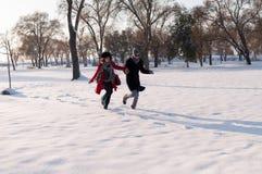 Funzionamento delle coppie nella foresta di inverno Fotografia Stock Libera da Diritti
