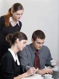 Funzionamento delle donne di affari e dell'uomo d'affari Fotografia Stock Libera da Diritti