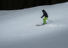 Funzionamento dello sciatore sul pendio Immagini Stock