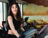 Funzionamento di allenamento della giovane donna asiatica di stile di vita cardio Fotografia Stock
