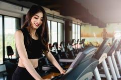 Funzionamento di allenamento della giovane donna di stile di vita cardio Immagini Stock Libere da Diritti
