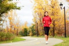 Funzionamento di caduta - donna che pareggia in autunno Immagini Stock
