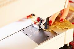 funzionamento di cucito della macchina Immagine Stock
