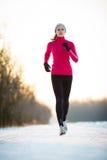 Funzionamento di inverno - giovane donna che corre all'aperto Fotografie Stock Libere da Diritti
