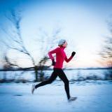 Funzionamento di inverno - giovane donna che corre all'aperto Immagine Stock Libera da Diritti