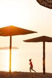 Funzionamento di mattina della spiaggia fotografia stock
