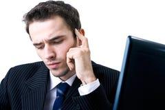 Funzionamento di pensiero dell'uomo d'affari bello nell'ufficio Immagine Stock