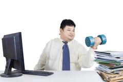Funzionamento di peso eccessivo dell'uomo mentre allenamento Immagini Stock
