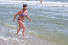 Funzionamento di peso eccessivo della donna Immagine Stock