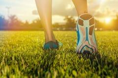 Funzionamento di pratica dei piedi del corridore sull'erba Immagine Stock Libera da Diritti