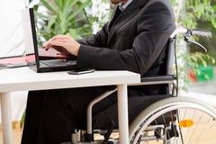 Funzionamento disabile dell'uomo d'affari Fotografie Stock