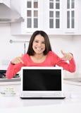 funzionamento domestico della donna di affari fotografie stock