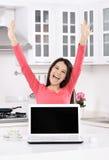 funzionamento domestico della donna di affari fotografia stock