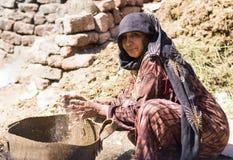 Funzionamento egiziano della donna Fotografie Stock Libere da Diritti