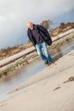 Funzionamento energetico anziano dell'uomo lungo una spiaggia Fotografia Stock Libera da Diritti