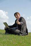 funzionamento esterno del computer portatile felice dell'uomo d'affari Immagini Stock