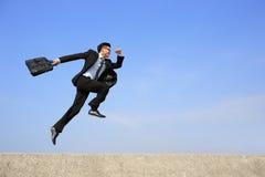 Funzionamento felice dell'uomo di affari Immagine Stock