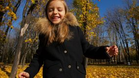 Funzionamento felice della bambina al parco di autunno archivi video