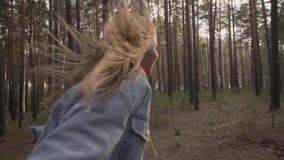 Funzionamento felice della ragazza nella mano dell'amico della tenuta della foresta video d archivio