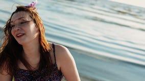Funzionamento felice della ragazza sulla spiaggia Sorriso in macchina fotografica Sea Giorno pieno di sole di estate stock footage