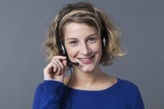 Funzionamento femminile sorridente del rappresentante come operatore di servizio sul telefono Immagine Stock Libera da Diritti