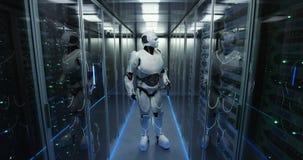 Funzionamento futuristico del robot di androide nella stanza del server stock footage