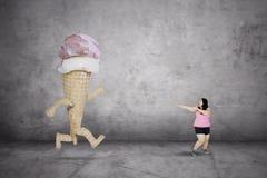 Funzionamento grasso della donna a partire da un gelato Immagini Stock