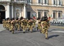 Funzionamento italiano di Bersaglieri Fanfara dell'esercito a Modena durante il tatuaggio militare immagini stock