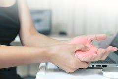 Funzionamento lungo del topo di uso di dolore della mano della donna sanità di sindrome dell'ufficio e concetto della medicina Fotografia Stock