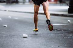 Funzionamento maschio dell'atleta sull'asfalto Fotografie Stock