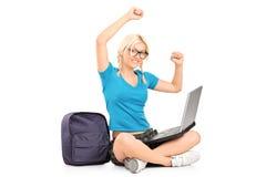 Funzionamento messo dell'allievo femminile su un computer portatile Immagini Stock