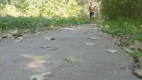 Funzionamento muscolare giovane dell'atleta al sentiero nel bosco Uomo forte attivo che si prepara all'aperto Maschio atletico be Fotografia Stock Libera da Diritti